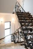 Hotelhalle mit Treppe Stockfotos