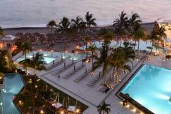 Hoteli/lów baseny przy zmierzchem fotografia stock