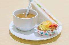 Hotelkoffiepauze met cuisin stock afbeelding