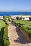 Hotelkomplex durch Ozean Stockfotografie