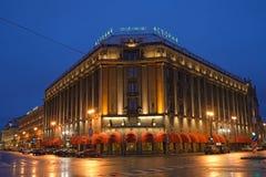 Hotell Astoria på natten efter regn Arkivbilder
