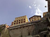 Hotell excelsior Vittoria Sorrento från stranden under Royaltyfri Fotografi