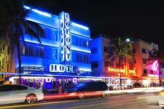 Hotell för Miami Beach hav drevart déco vid natt Arkivbild