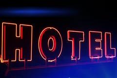 Hotell för neontecken på natten Fotografering för Bildbyråer