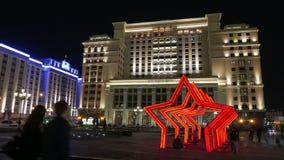 Hotell fyra säsonger och byggnaden av den statliga Dumaen i Moskva stock video