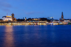 Hotell Hafen Hamburg och Michel-kyrka på den blåa timmen Royaltyfri Bild