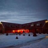 Hotell i aftonen i vintern Fotografering för Bildbyråer