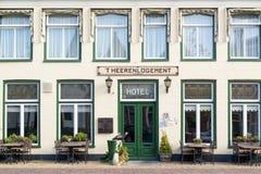 Hotell i gammal stad av Harlingen, Nederländerna Royaltyfri Foto