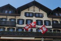 Hotell i schweizarestil i Gstaad royaltyfria foton