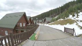 Hotell i ukrainsk bergsemesterort av Bukovel arkivfilmer