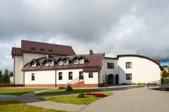 Hotell (kyrkligt hus) på Pokrovo Nicholas Church, Klaipeda, Lithu Arkivfoto