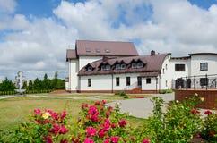 Hotell (kyrkligt hus) på territoriet av Pokrovo- Nicholas Church, K Royaltyfria Foton