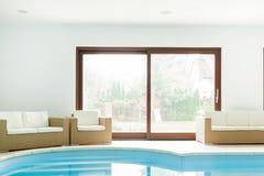 Hotell med den inomhus simbassängen Arkivbild