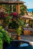 Hotell med den romantiska restaurangen på backen som förbiser Puert royaltyfri fotografi