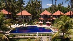 Hotell med pölen på havskusten, Bali Arkivfoton