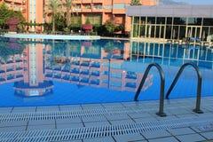Hotell nära pölen Royaltyfri Foto