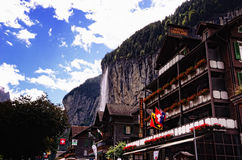 Hotell Oberland och Staubbach nedgångar i Lauterbrunnen (den Jungfrau regionen, Schweiz) Arkivbilder