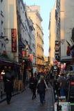 Hotell och restauranger i Rue de la Huchette i Paris, Frankrike arkivbild
