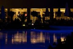 Hotell och simbassäng på natten Arkivfoton