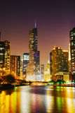 Hotell och torn för trumf internationellt i Chicago, IL i natten Royaltyfri Foto