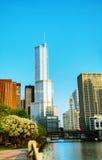 Hotell och torn för trumf internationellt i Chicago, IL i morgon Fotografering för Bildbyråer
