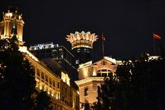 Hotell på den Waitan bunden på natten i Shanghai Kina royaltyfri fotografi