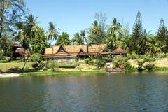 Hotell på kusten av lagun med pir Royaltyfri Bild