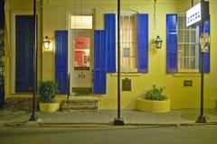 Hotell på natten i fransk fjärdedel nära bourbongatan i New Orleans, Louisiana Arkivbild