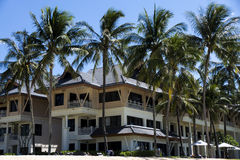 Hotell på stranden med vit sand Royaltyfria Foton