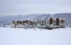 Hotell Rosa Ski Inn i den Roza Khutor platån Arkivfoto
