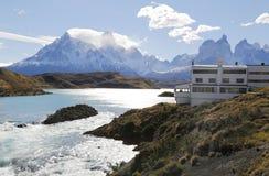 Hotell Salto Chico Explora Patagonia på turkossjön Pehoe i den Torres del Paine nationalparken Arkivbild