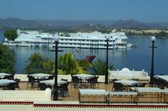 Hotell som förbiser en sjöslott Royaltyfria Foton