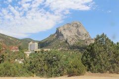 Hotell som omges av berg i sammer royaltyfri foto