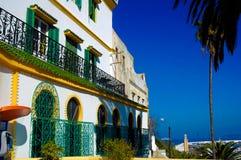 Hotell Tanger Medina, Marocko, gröna balkonger, arabisk arkitektur arkivbilder