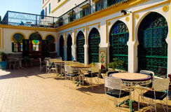 Hotell Tanger Medina, Marocko, yttre borggårdtabeller, arabisk arkitektur arkivbild