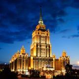 Hotell Ukraina i aftonen, Moskva, Ryssland Royaltyfri Bild