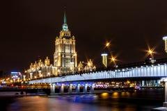 Hotell Ukraina nära den Novoarbatsky bron över Moskvafloden royaltyfri bild