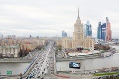 Hotell Ukraina och komplex för Moskvastadsaffär Arkivfoton