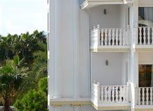 Hotell vid havet med palmträd Royaltyfri Bild