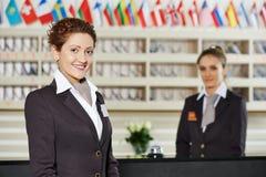 Hotellarbetare på mottagande Royaltyfri Fotografi