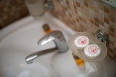 Hotellbadrumtvål, lägenhetschampo royaltyfria bilder