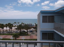 Hotellbalkong över att se palmträd och havet Arkivfoto