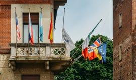 Hotellbalkong med olika flaggor av olika nationaliteter Arkivbild