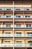 Hotellbyggnad med den symmetriska metallstrukturen arkivbild