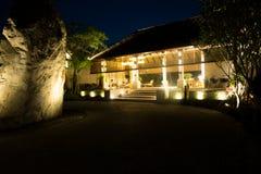 Hotellbyggnaden på den Thailand semesterorten i natten arkivfoto