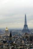Hotelldes-invalides och Eiffel turnerar (tornet) i dimma Royaltyfria Bilder