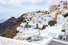 Hotellen är klara att välkomna de nya sökandena i Fira, Santorini, Grekland royaltyfri bild