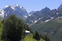Hotellet är i form av en ufo på berget Mussa-Achitara, Dombai, Kaukasus, Ryssland Arkivfoto