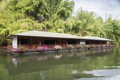 Hotellet är på floden Royaltyfri Bild