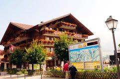Hotellet Adler i Adelboden i den schweiziska chalet har en excellen royaltyfria bilder